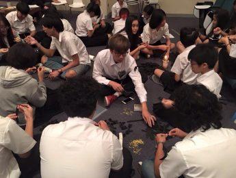 นักศึกษาคณะมัณฑนศิลป์ ชั้นปีที่ 1 ในรายวิชา Cretive Living ร่วมทำกิจกรรมจิตอาสา จัดทำริบบิ้นดำ