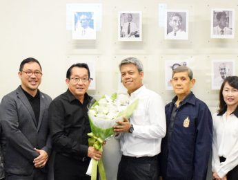 """อาจารย์ ดร.ธนาทร เจียรกุล คณบดีคณะมัณฑนศิลป์และคณะผู้บริหารของคณะ มอบช่อดอกไม้แสดงความยินดีกับผู้ช่วยศาสตราจารย์ปิติ คุปตะวาทิน  อาจารย์ประจำภาควิชาออกแบบผลิตภัณฑ์ ในโอกาสได้รับตำแหน่งทางวิชาการ """"ผู้ช่วยศาสตราจารย์"""""""