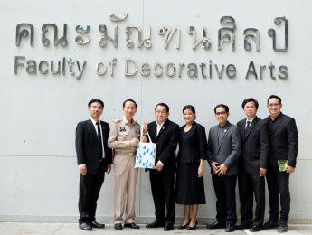 """นายสมบูรณ์ ศิริเวช รองผู้ว่าราชการจังหวัดนครปฐม เยี่ยมชมนิทรรศการ """"House of Creativity"""" และบูธการสาธิตของนักศึกษาคณะมัณฑนศิลป์ ในงานทับแก้ววิชาการ ครั้งที่ 4 """"พระทรงสถิตในดวงใจไทยนิรันดร์"""""""